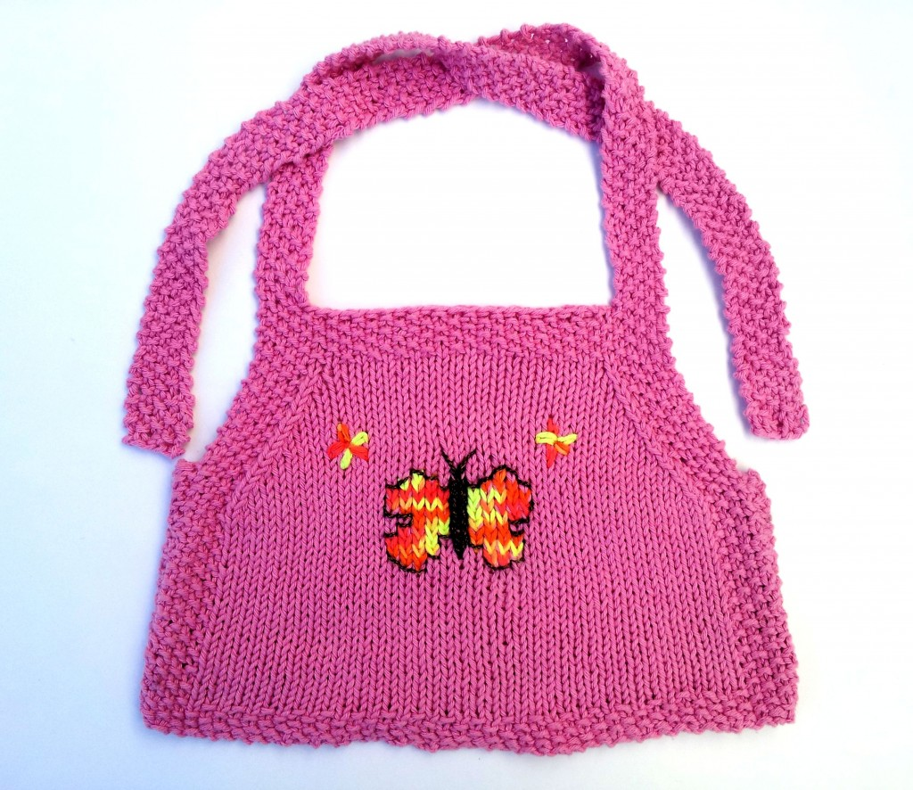 Top en hilo para nena, con dibujo tejido de mariposa.